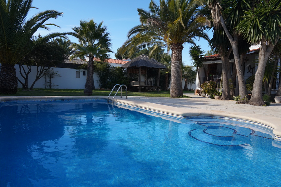 Secluded Holiday Villa in Costa Nova Javea, Well presented 3 bedroom, 2 bathroom villa with secluded gated garden, all on on level. Beautiful pool area with varied seating and sun bathing areas, grassed garden and independent gazebo.